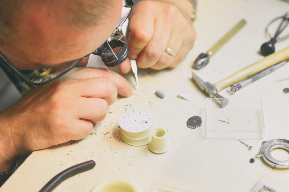 Atelier d'assemblage des montres Charlie Watch, à Paris
