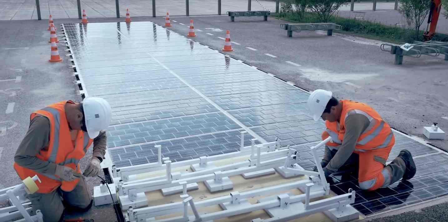 La pose des panneaux photovoltaïques WattWay. © Groupe Colas