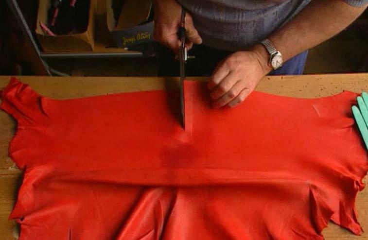 Peau travaillée chez Hermès, dans le sud-ouest de la France.