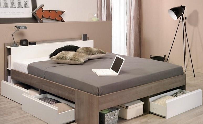 Lits, armoires, commodes, bureaux, etc., fabriquent toujours ses meubles dans ses trois usines françaises.