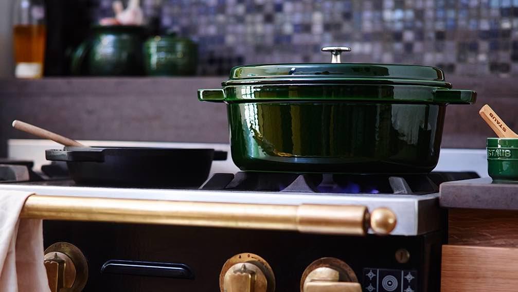 Cocotte en fonte fabriquée en France par Staub.