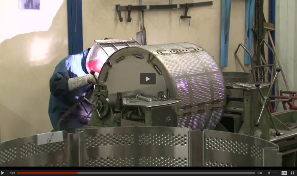 Fabrication d'une machine à laver professionnelle Electrolux, en France, à Troyes.
