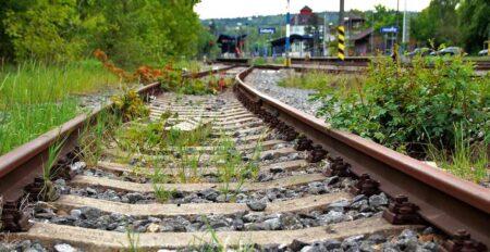 Voie de chemin de fer désaffectée : 30 % des gares françaises ne sont plus dersservies.
