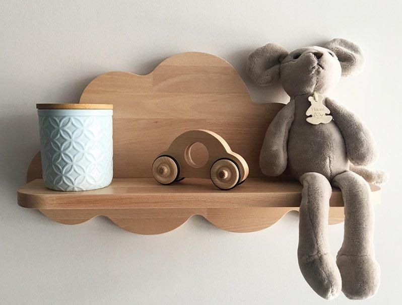 Gabrielle est une étagère en bois, qui figure un nuage, fabriquée en France par Fraise & Bois.
