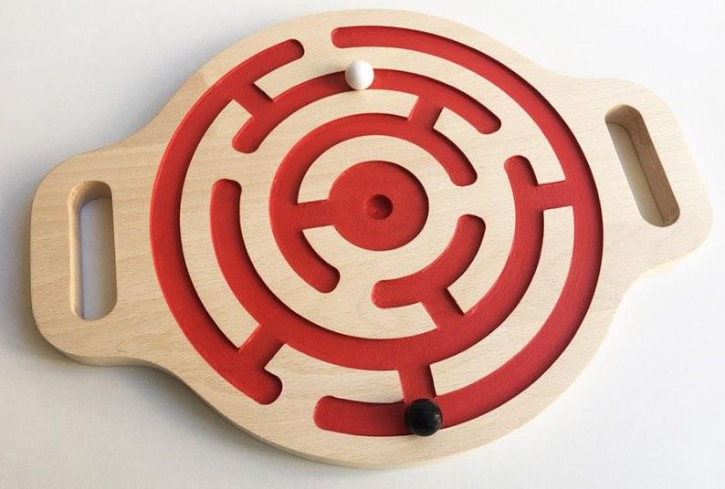 Victor, un élégant jeu de bille en bois, fabriqué en France par Fraise & Bois.