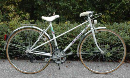 Vélo Peugeot vintage restauré.