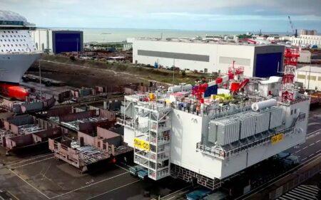 Ce sont les Chantiers de l'Atlantique qui fabrique la sous-station électrique du champ d'éolienne offsore.