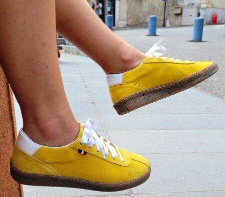 Sneakers AtelierPM en daim jaune, fabriqués en France.